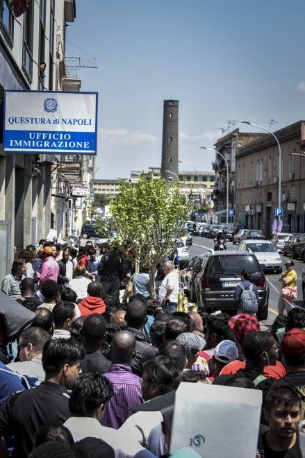 Napoli in fila con gli immigrati agli uffici della for Questura napoli permesso di soggiorno