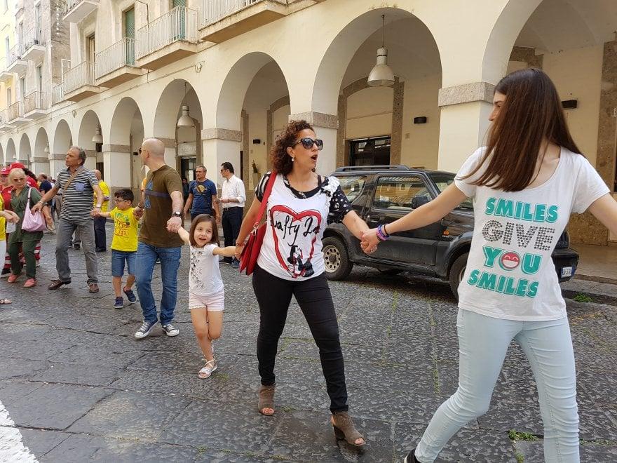Catena umana per le strade di Capua per salvare il Museo Campano