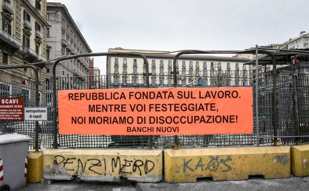 Festa della Repubblica, a Napoli striscione di protesta in difesa del lavoro