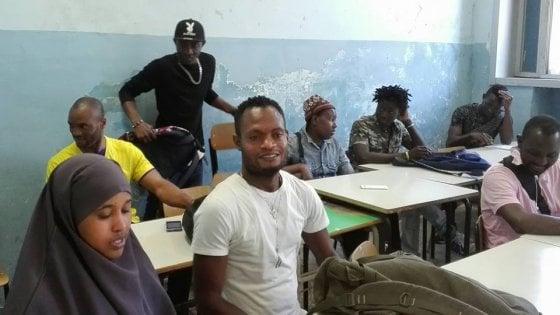 """Napoli, tra i migranti per l'esame di terza media:  """"Così torniamo un po' bambini"""""""