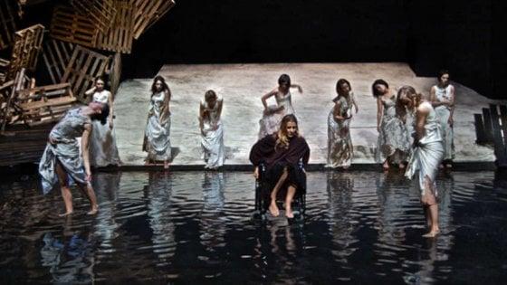 """Napoli teatro Festival, il sipario del Sannazaro si alza su """"Troiane – Variazione con barca"""" di Lina Prosa"""