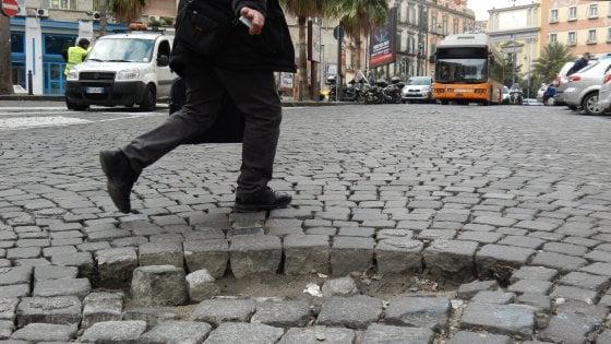 Vizi e virtù delle buche nelle strade di Napoli