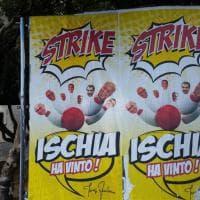 Ischia, il manifesto-sfottò del sindaco uscente: avversari abbattuti come birilli