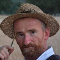 Sorpresa nella valle del Sele: nei campi c'è il sosia di Van Gogh