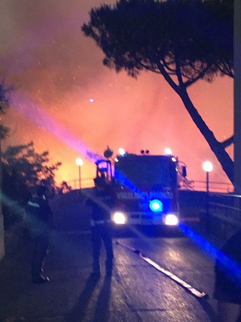 Incendio via Manzoni, il fronte è di un chilometro