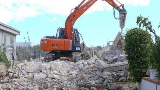 Abusivismo, gli demoliscono la casa: muore