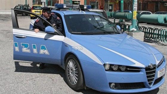 Napoli, rapinatore sorpreso da polizia: durante arresto agenti aggrediti a calci e sputi da 60 persone