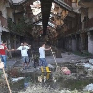 Scampia, via i rifiuti dalla Vela Gialla i disoccupati ripuliscono i sottoscala