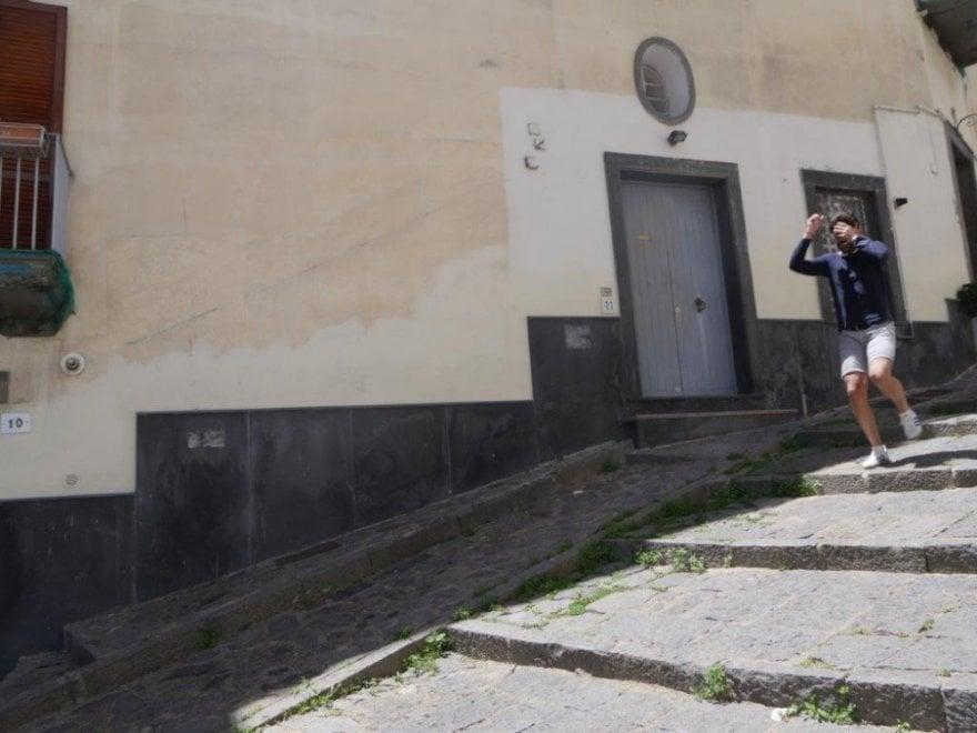 Turisti uniti contro le rapine. In due vengono scippati, altri fotografano gli aggressori in fuga