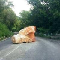 Bloccava la strada da 2 anni: rimosso un masso nel Salernitano