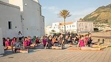 Ischia, tutti pazzi  per lo yoga al tramonto
