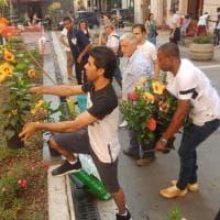 Napoli, rifugiati e residenti ripuliscono piazza Eduardo De Filippo