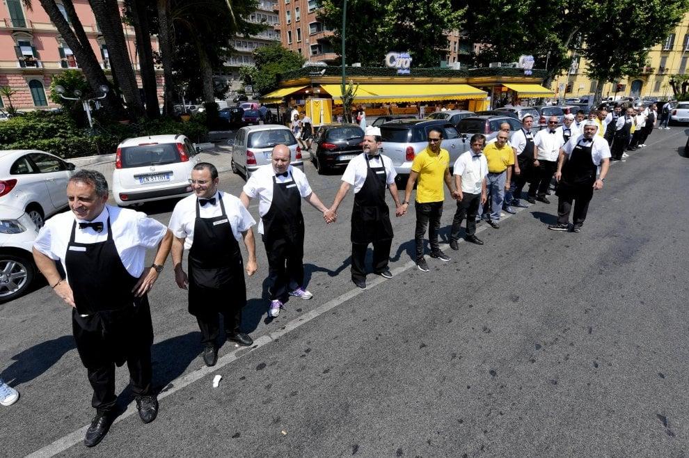 Sos camerieri su lungomare Napoli, senza tavoli ci licenziano