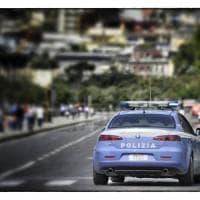 Spari sul lungomare di Napoli: poliziotto aggredito per rapina reagisce