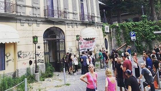 Quartiere Stella, donne e bambini occupano Villa Ranieri