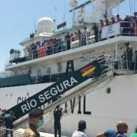 Salerno, ventesimo sbarco al molo, arrivano 1215 migranti. A bordo 13 neonati