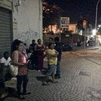Via Galileo Ferraris, l'attesa dei migranti