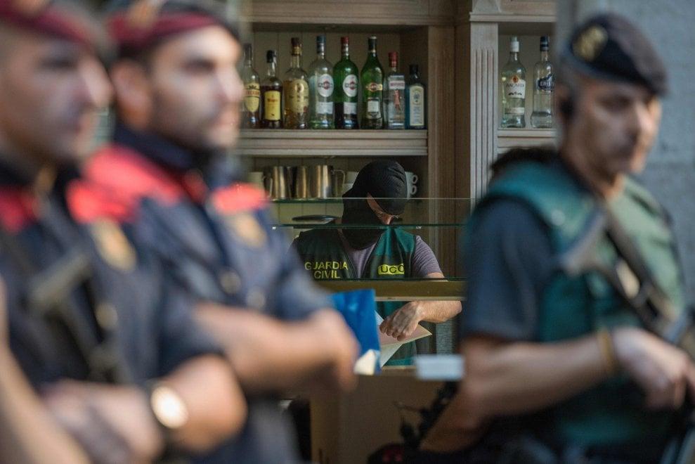 Barcellona, la camorra nei ristoranti, le immagini del blitz