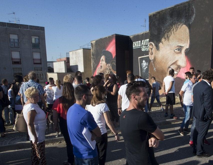 Regalo dal quartiere per Enzo Avitabile: un maxi murale a Marianella