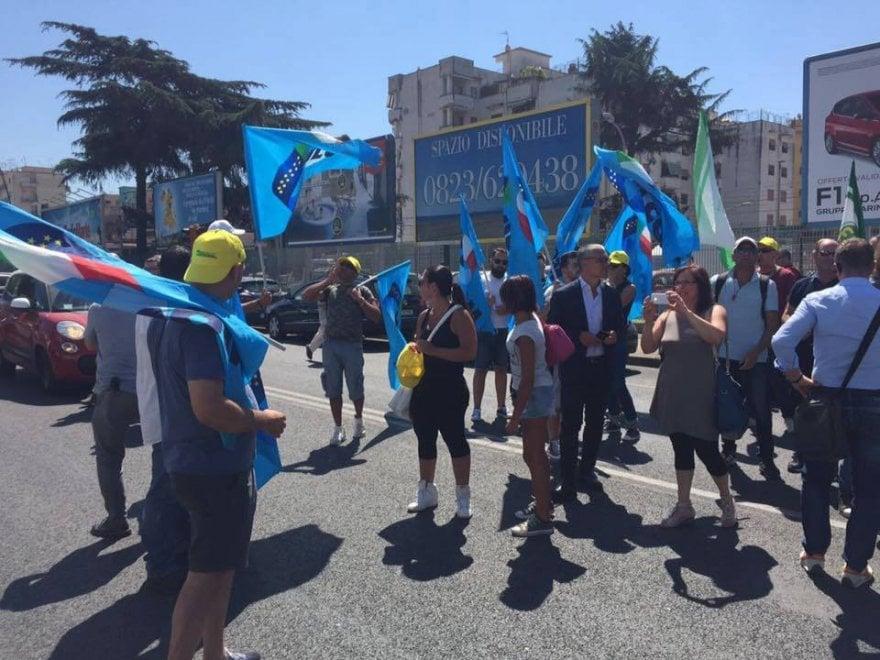 Edenlandia, lavoratori a rischio: chiedono l'assunzione e bloccano il traffico