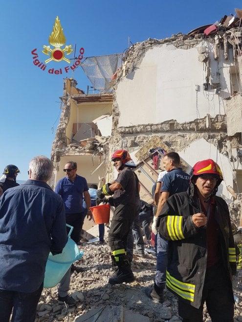 Torre Annunziata, crolla palazzina di quattro piani: Vigili scavano tra le macerie