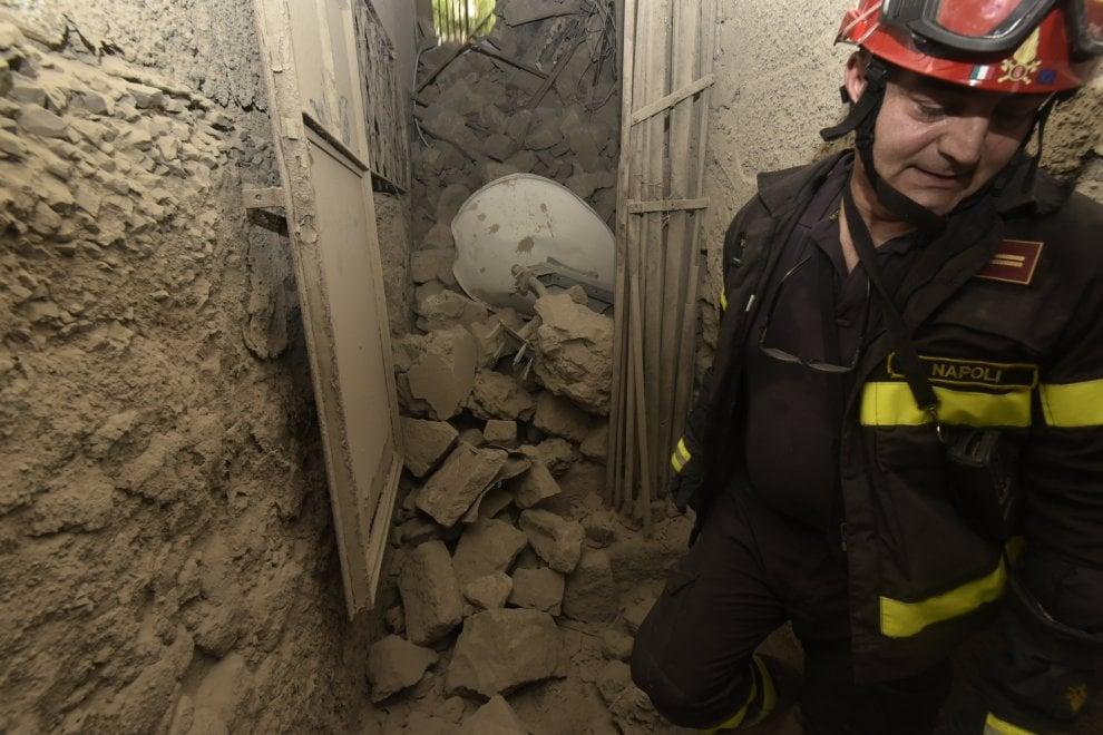 Torre Annunziata, crolla una palazzina: le macerie invadono le cantine