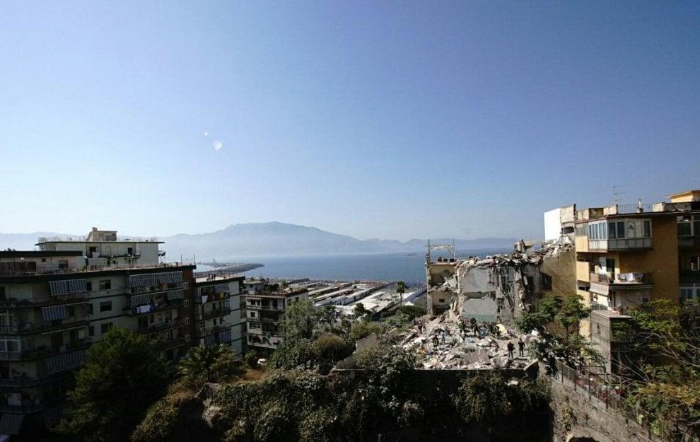 Torre annunziata crolla palazzina di quattro piani for Piani a quattro piani