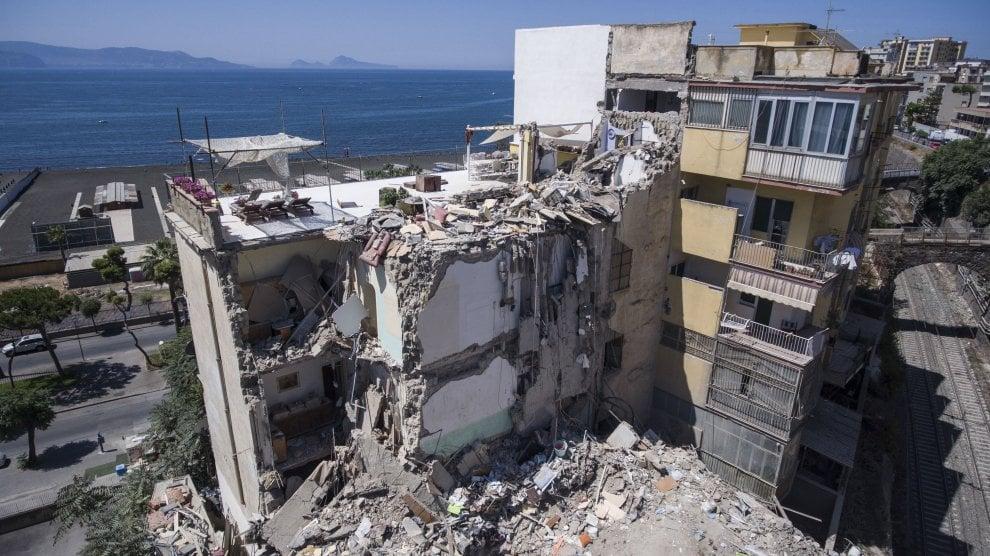 Torre Annunziata, il crollo visto con il drone