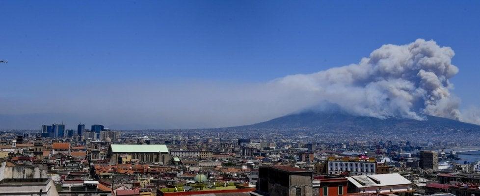 Incendio sul Vesuvio, fronte del fuoco di due chilometri:  evacuate case e ristoranti