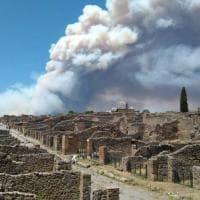Incendio sul Vesuvio, il fumo tra gli scavi di Pompei: sembra un'eruzione