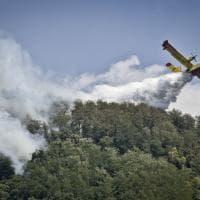 Canadair e soldati sul Vesuvio ferito dal fuoco