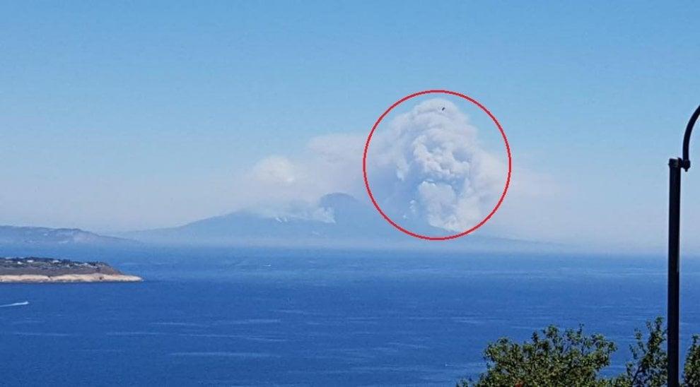 Incendio sul Vesuvio, la nuvola di fumo sembra un teschio