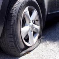Caserta, il parroco lo rimprovera: lui gli buca le ruote dell'auto