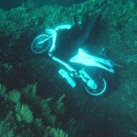 Procida, sorpresa durante l'immersione: spunta uno scooter sul fondale