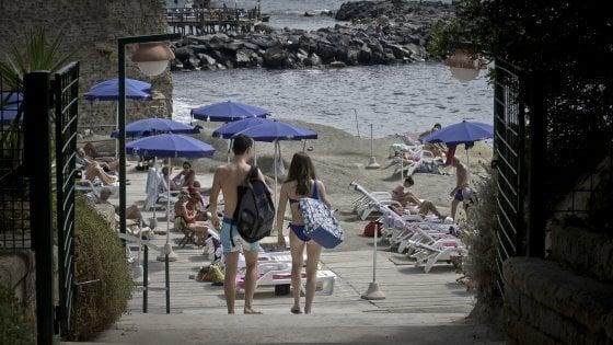 Sul litorale di Napoli, gli affari d'oro dei gestori dei lidi privati ricavi fino a 100 volte in più dei canoni
