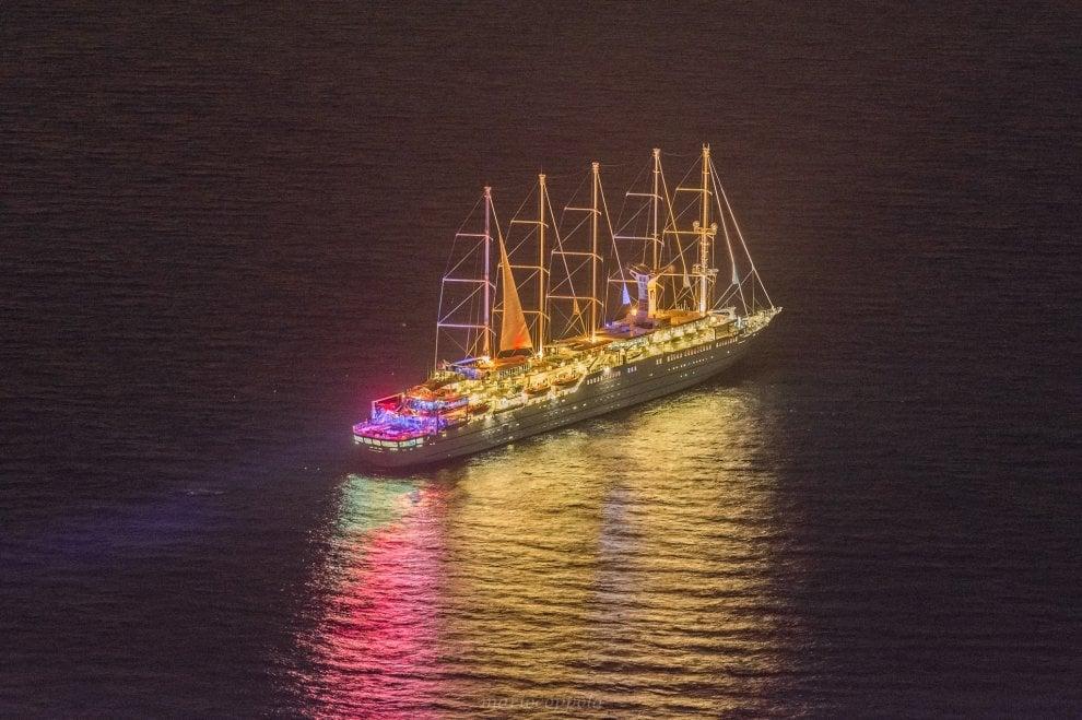 Il veliero di lusso che illumina la notte di Capri