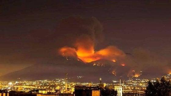 """Incendi, de Magistris: """"Il fuoco sul Vesuvio un attentato alla nostra terra. Pene esemplari"""""""