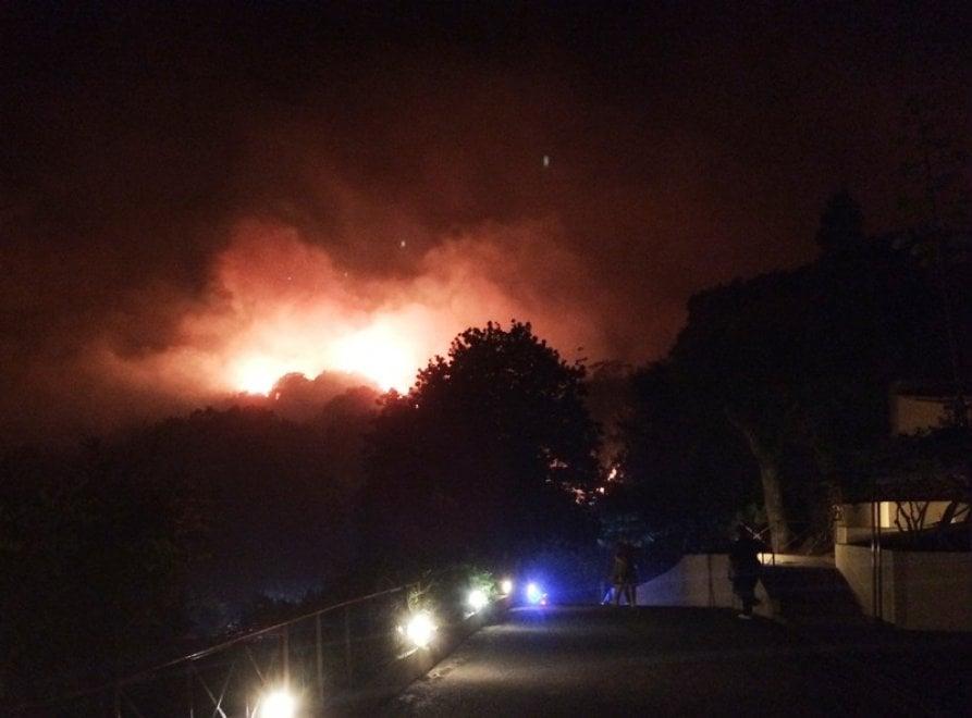 Cilento avvolto dalle fiamme, evacuata in nottata anche l'elisuperficie antincendio di Centola
