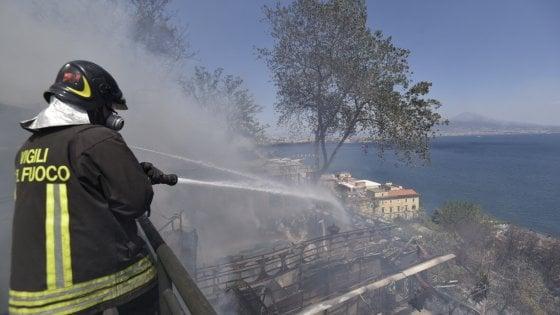 Incendi, fumo nero a via Petrarca: incendio sul costone di Posillipo. Fiamme vicine alle case