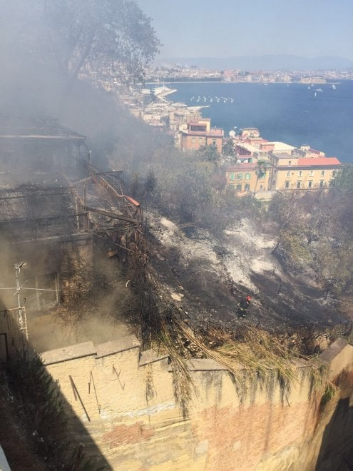 Posillipo, la casa andata in fiamme in via Petrarca