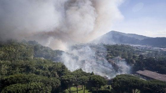 Pozzuoli tra le fiamme, tre mezzi aerei in funzione