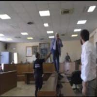 Aversa, la protesta del consigliere Pd che sale sui banchi del Consiglio comunale