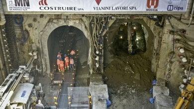 Metro Municipio, inaugurato collegamento  tra linea 1 e linea 6 .  Giù l'ultimo diaframma l'emozione degli operai    /Video     /Foto