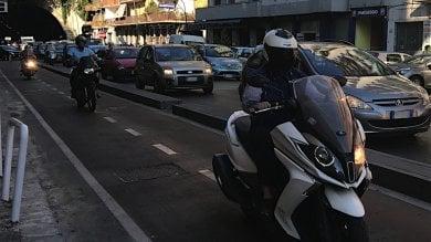 Motorini sulla pista ciclabile, scattano    i controlli della polizia municipale
