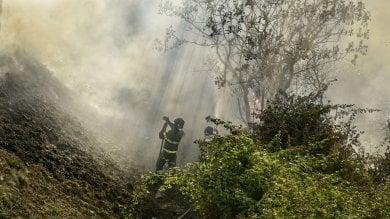 Tre settimane di fuoco, cento roghi al giorno  Alle falde del Vesuvio devastati 1600 ettari