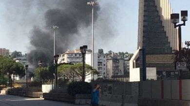 Incendio al centro Direzionale:  bruciano due auto, ma è psicosi