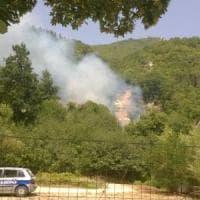 Il fuoco minaccia le case, emergenza senza fine in Irpinia