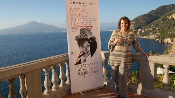 """Claudia Cardinale, madrina al Social World Film Festival: """"Quando Alain Delon mi disse: potevamo essere una coppia, siamo diventati un mito"""""""
