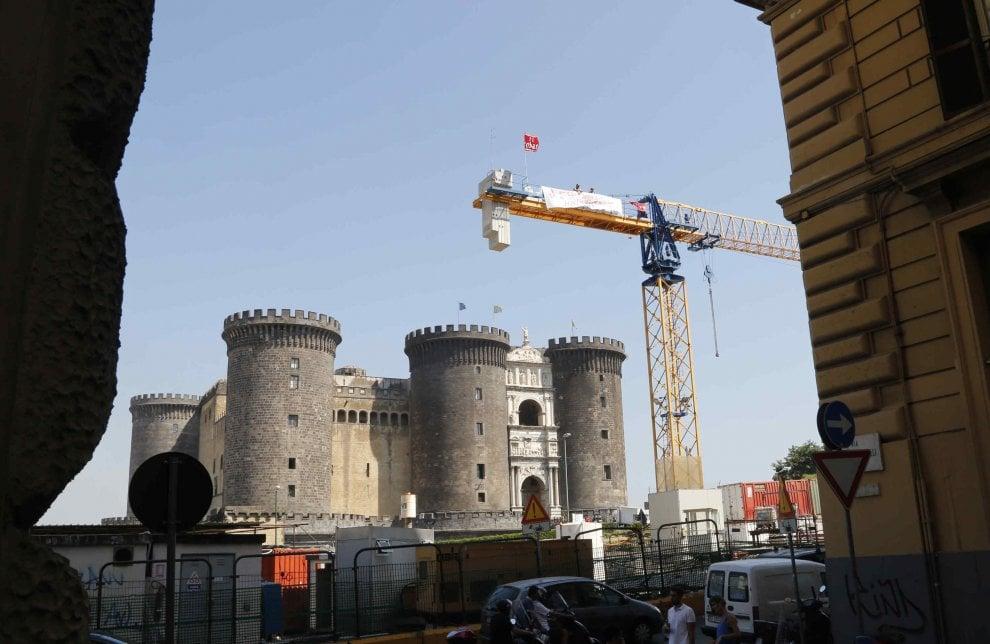 Lavoro: operai su una gru a Napoli, pronti allo sciopero della sete