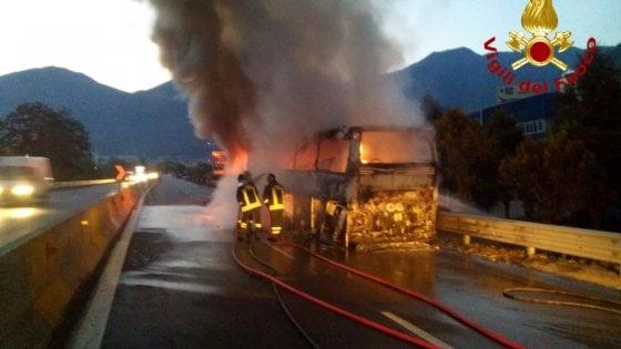 Solofra. Autobus va a fuoco sul raccordo autostradale Avellino - Salerno